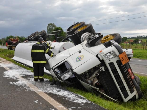 Caminhão tombou no canteiro central, após motorista perder o controle  (Foto: Anderson Peres/ TV TEM)