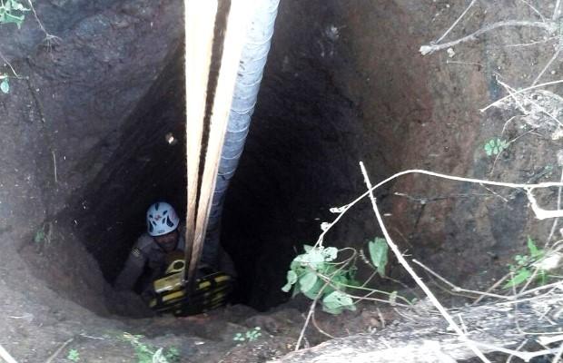 Homem é resgatado de buraco de 7 metros de profundidade em Goiás (Foto: Divulgação/ Corpo de Bombeiros)