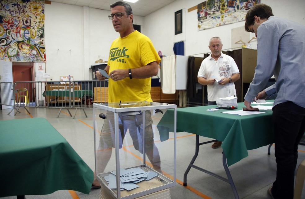 Pessoas votam no 2º turno da eleição parlamentar francesa em Bayonne, no sudoeste do país (Foto: Bob Edme/AP)