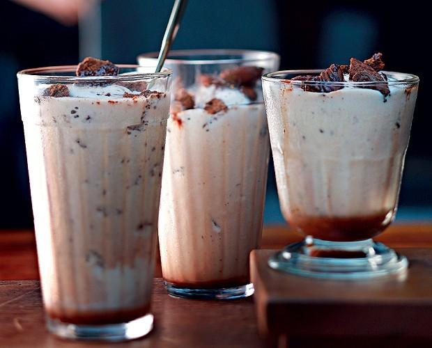 Milk-shake com crocante de biscoito (Foto: Rogério Voltan/ Editora Globo)