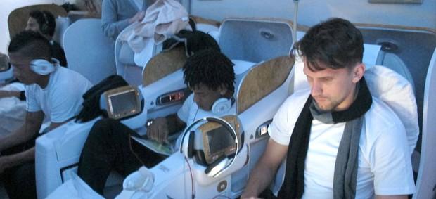 Jogadores do Corinthians no avião para Dubai (Foto: Carlos Augusto Ferrari / Globoesporte.com)