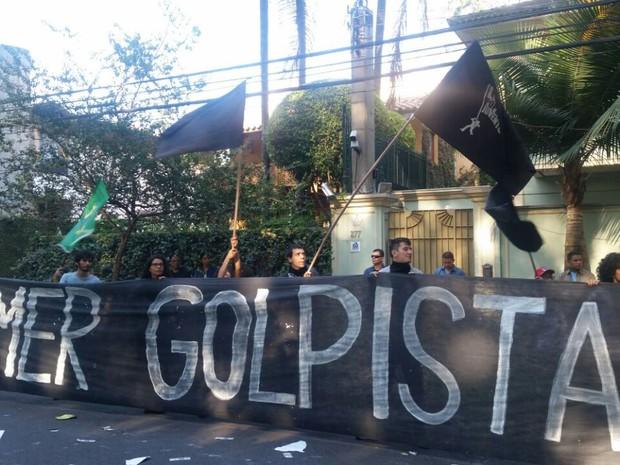 Manifestantes com faixa 'Temer Golpista' em frente à casa do vice-presidente (Foto: Tatiana Santiago/G1)