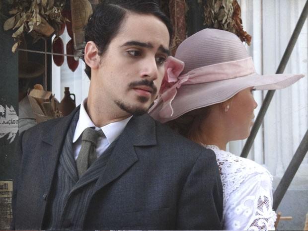 Jonas quer saber se Alice gosta de Gustavo (Foto: Lado a Lado/TV Globo)