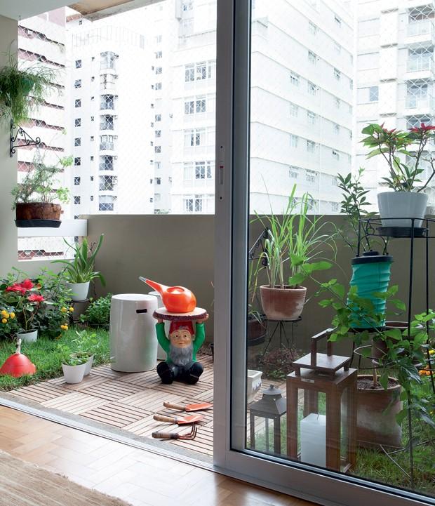 Com grama plantada pela Sky Garden, o jardim compõe a área, com deque de teka e banqueta Gnome Napoleon, design de Philippe Starck para Kartell. Objetos da Tok & Stok e Benedixt (Foto: Lufe Gomes/Editora Globo)
