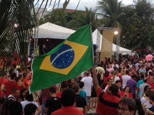 Manifestantes contra o impeachmet estão na praça da Árvore, na Zona Sul de Natal (Foto: Fabiano de Oliveira/G1)