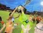 Durval e Magrão erguem taça juntos e são ovacionados pela torcida do Sport