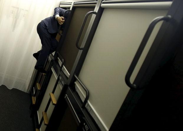 Quarto coletivo em um hotel de Tóquio, no Japão (Foto: Yuya Shino/Reuters)