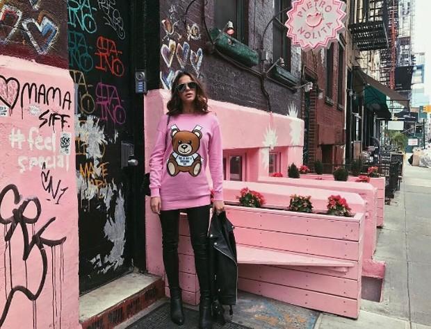 Bruna Marquezine com look rosa em NY (Foto: Reprodução / Instagram)