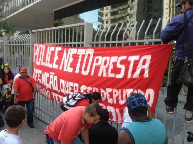 Sem-teto criticam Police Neto por demora na aprovação do Plano Diretor (Foto: Livia Machado/G1)
