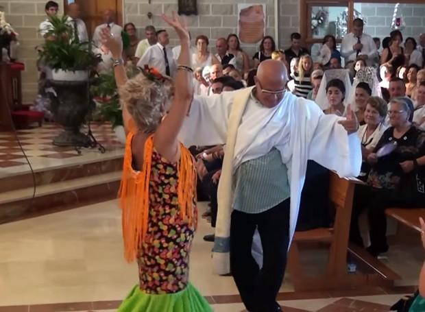 Padre José Planas Moreno, apelidado de 'Pepe', faz sucesso ao dançar durante a missa na Espanha (Foto: Reprodução/YouTube/Adrián Somodevilla)
