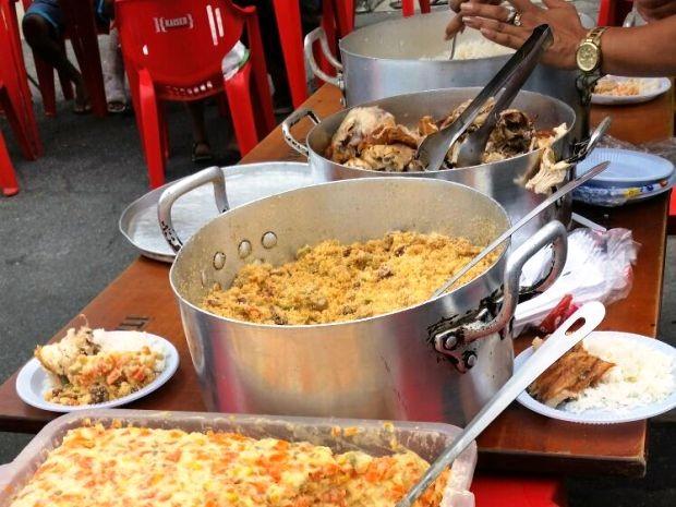 Almoço foi servido para famílias carentes no Centro de Santos (Foto: Tiago Martins / Arquivo Pessoal)