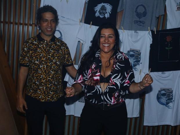 Regina Casé e o marido, Estevão Ciavatta, em festa na Zona Sul do Rio (Foto: Marcello Sá Barretto/ Ag. News)