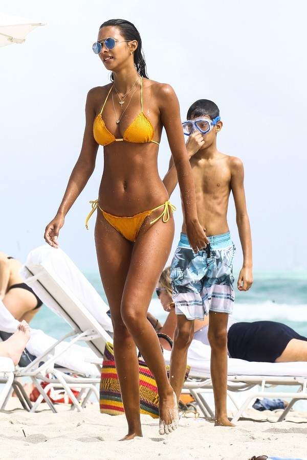 """Miami, FL  - Lais Ribeiro and Jasmine Tookes chill out and sunbath at the beach today for a break from their modeling duties.  Lais swam in the water with her son Alexandre while Jamine greeted a few fans with group photos.  The """"Victoria's Secret"""" models (Foto: VAEM / BACKGRID)"""