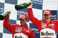 Rubens Barrichello e Michael Schumacher no pódio do GP do Bahrein de 2004 (Foto: Getty Images)
