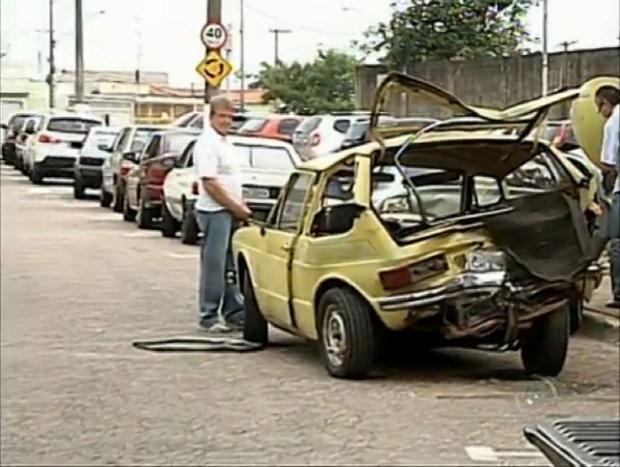 Carro ficou totalmente destruído (Foto: Reprodução/TV Tem)