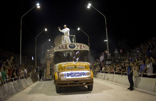 Sósia do Papa Francisco desfila em escola de samba argentina Ara Yevi, que teve como tema em 2015 o sumo pontífice da Igreja Católica. (Foto: Natacha PIsarenko/AP)