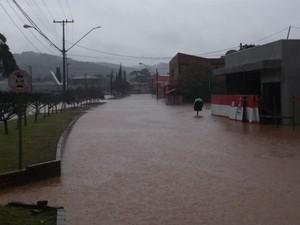 O leitor Paulo Ricardo Baran, de General Carneiro, na região central do Paraná fotografou vários pontos da cidade após as chuvas neste domingo (8).  (Foto: Paulo Ricardo Baran)
