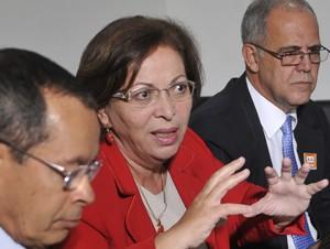 A ministra da Secretaria de Relações Institucionais, Ideli Salvatti, e o ministro dos Transportes, Paulo Passos, reúnem parlamentares (Foto: Agência Brasil)