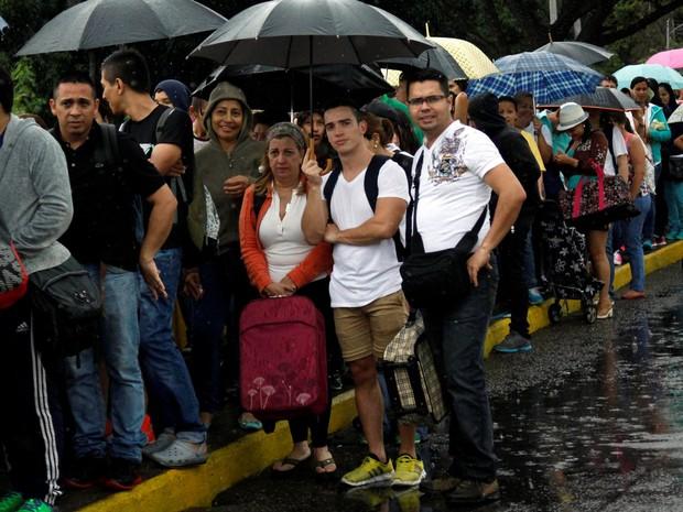 Pessoas fazem fila para atravessar a ponte internacional Simón Bolívar para a Colômbia para aproveitar a abertura da fronteira temporária em San Antonio del Táchira , Venezuela (Foto: REUTERS/Carlos Eduardo Ramirez)