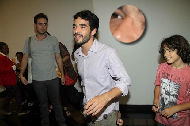 Caio Blat exibe ferimentos em sessão de cinema no Rio (Foto: Thyago Andrade/Fotorio News)