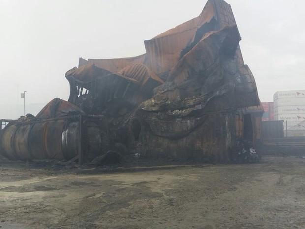 Contêineres ficaram destruídos após incêndio (Foto: Corpo de Bombeiros / Divulgação)