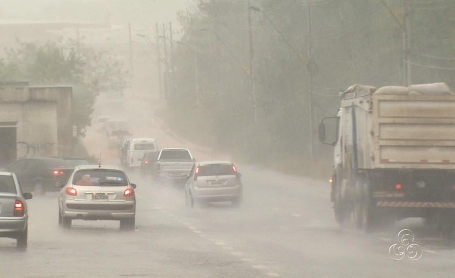 Falta de visibilidade decorrente da forte chuva prejudicou motoristas, em Manaus (Foto: Jornal do Amazonas)