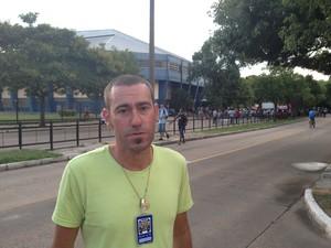 Motorista Vinícius Ferreira da Silva em protesto (Foto: Estêvão Pires/G1)