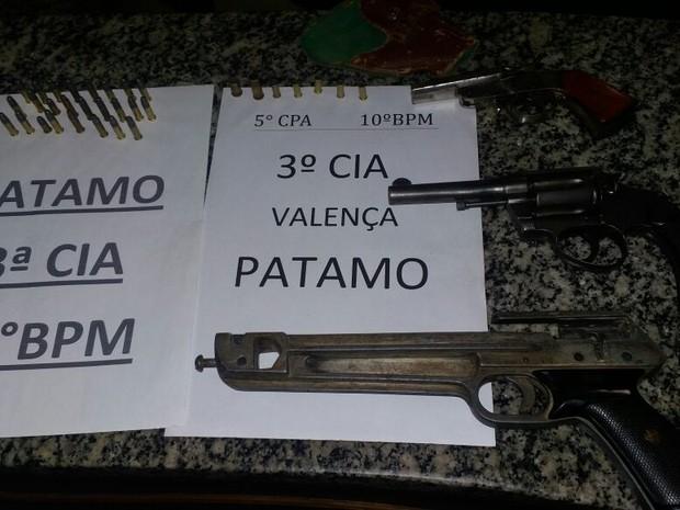 Três armas diferentes estavam na casa de suspeito  (Foto: Divulgação/Polícia Militar)