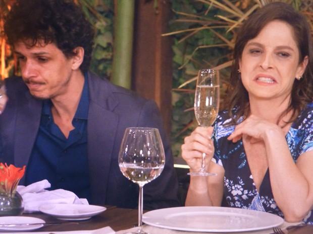 Mesmo depois da confusão, Cora fica no Enrico e bebe champanhe (Foto: Império / TV Globo)