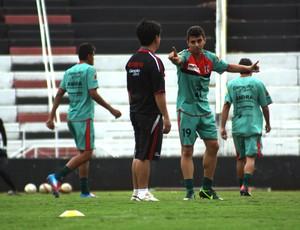 Tanaka, técnico do Botafogo-SP, conversa com o meia Álvaro (Foto: Cleber Akamine / globoesporte.com)