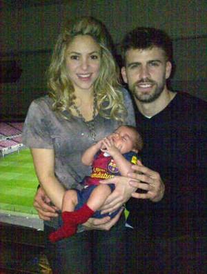 Shakira, o filho Milan, e Piqué após a vitória (Foto: Reprodução/Twitter)