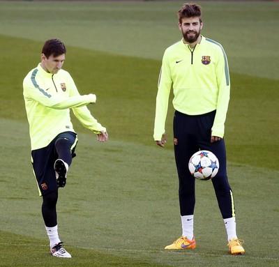 Messi e Piqué no treino do Barcelona (Foto: EFE)