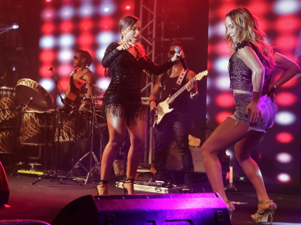 Anitta e Claudia Leitte dançam em ensaio da Mocidade na Zona Sul do Rio (Foto: Marcello Sá Barretto e Alex Palarea/ Ag. News)