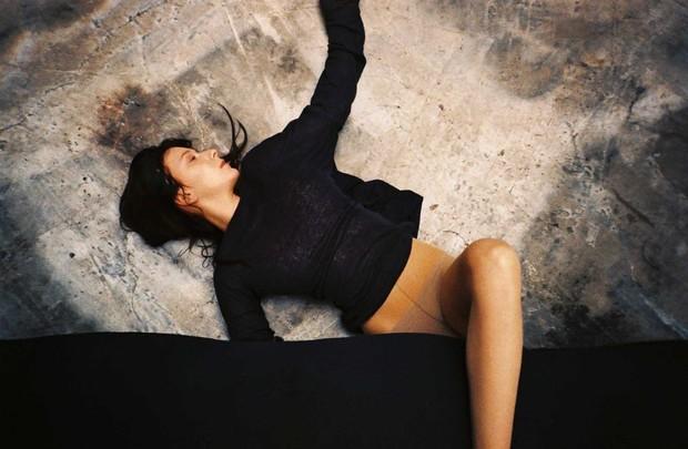 Caroline Abras tira a blusa em campanha sensual de jeans (Foto: Thany Sanches / Divulgação )
