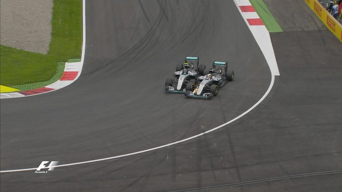 Lewis Hamilton e Nico Rosberg se tocam na última volta do GP da Áustria (Foto: Divulgação)