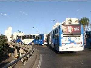 Colisão entre dois ônibus no Viaduto Cury em Campinas (SP) (Foto: Reprodução/ EPTV)