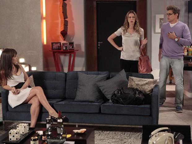 Vânia flagra Carolina no apartamento de Felipe (Foto: Guerra dos Sexos/TV Globo)