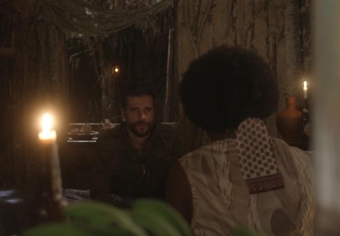 Mario e Chica conversam na casa da caiçara (Foto: TV Globo)