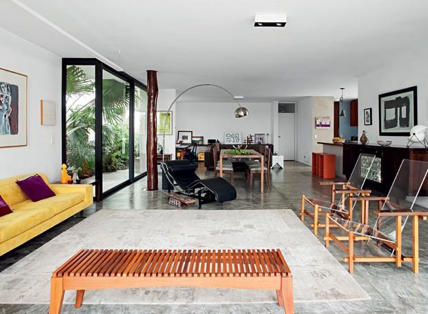 Casa tem ambientes integrados e farta iluminação