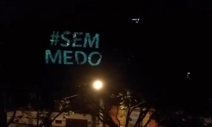 Hashtag #semmedo foi projetada em prédios na capital (Foto: Reprodução Internet)