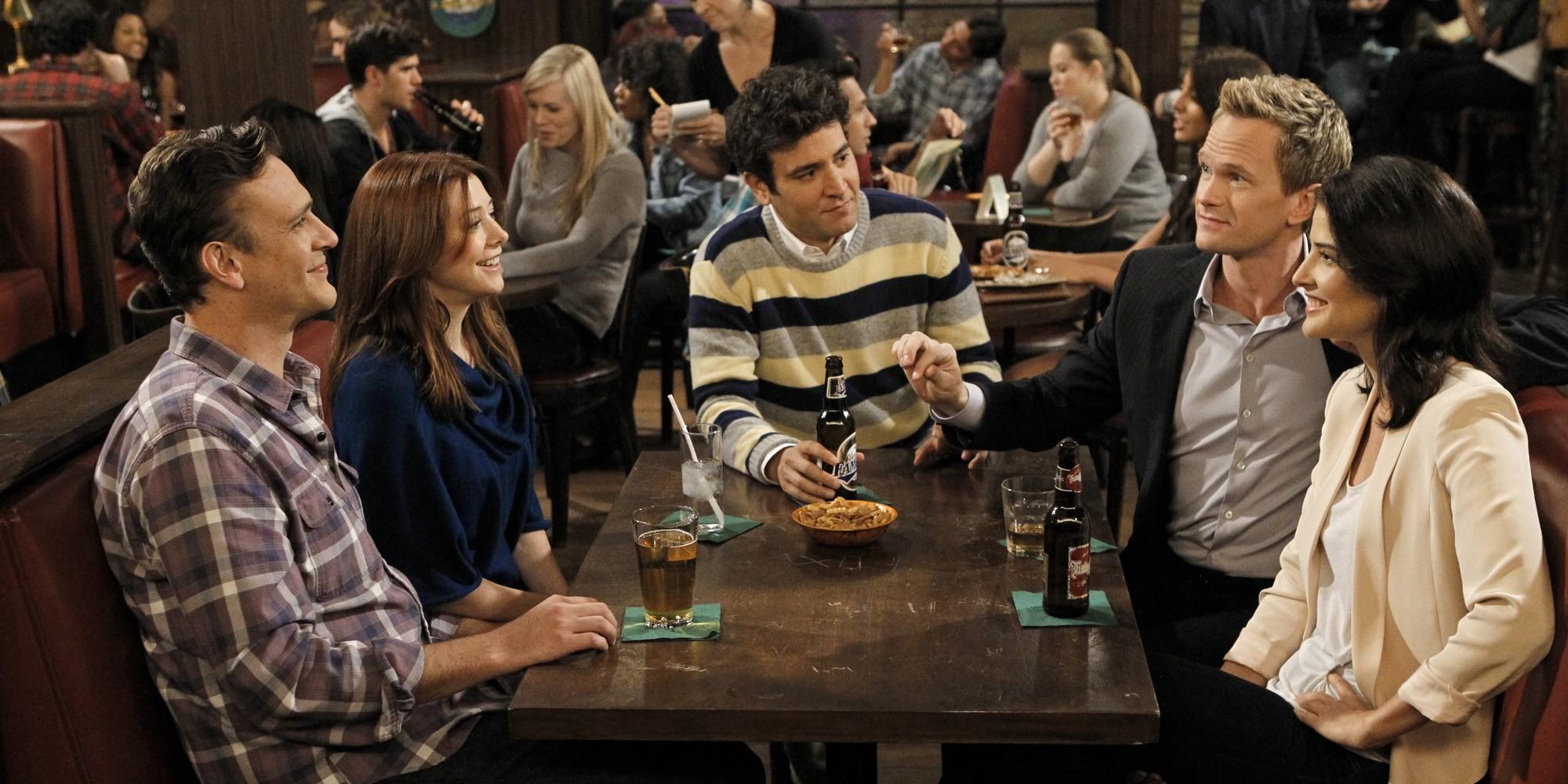 Marshall, Lily, Ted, Barney e Robin em uma mesa de bar (Foto: Divulgação)