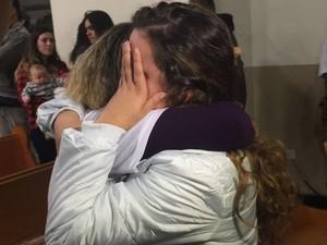Mãe de Ana Carolina foi consolada por amigos (Foto: Fábio França/G1)