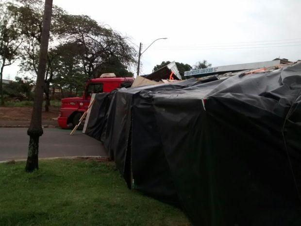 Carreta impediu trânsito na rotatória (Foto: Divulgação / Visão Notícias)