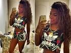 MC Ludmilla posa de shortinho e barriga de fora para selfie