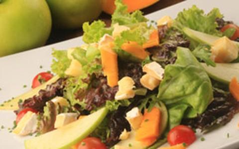 Salada tropical de mix de folhas com manga, maçã, morango, figo e nozes