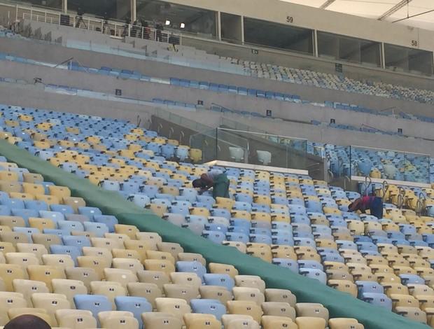Funcionários fazem últimos ajustes no Maracanã