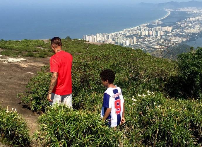 """Guerrero caminha pela Pedra Bonita com """"Guerrerinho"""" (Foto: Divulgação)"""