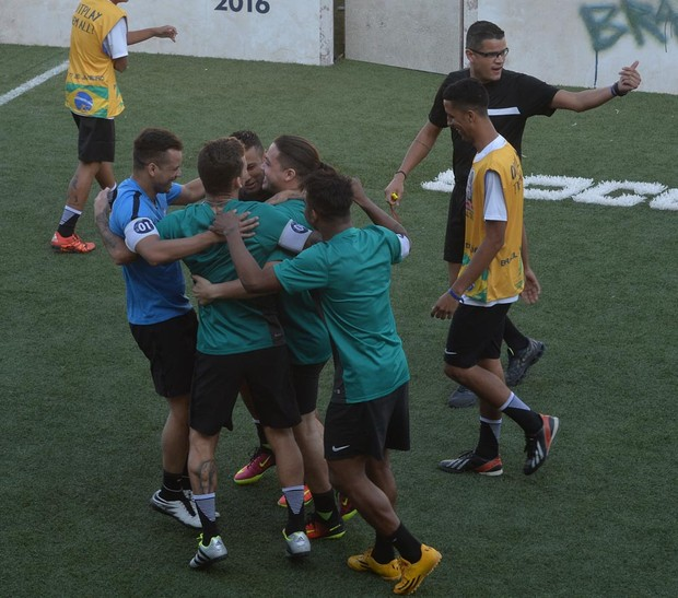 Neymar e Wesley Safadão em campeonato de futebol (Foto: Francisco Cepeda e Thiago Duran/AgNews)