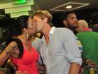 Ariadna beija muito o namorado em noite de pré-réveillon no Rio