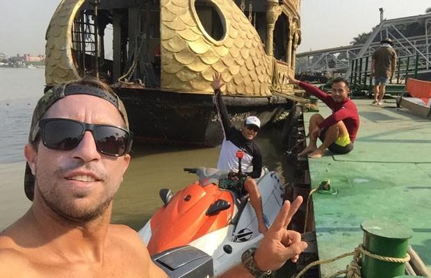 Quatro aventureiros em busca da pororoca do Rio Ganges, uma onda jamais surfada.  (Foto: Reprodução/Redes Sociais)
